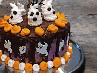 Halloween Schockoladen Kuchen mit Baiser Geistern