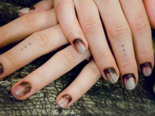 Blutige Zombie Fingernägel als Halloween Nageldesign